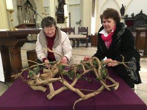 Riet en Miep schikken de versiering voor de 2de zondag van de vasten